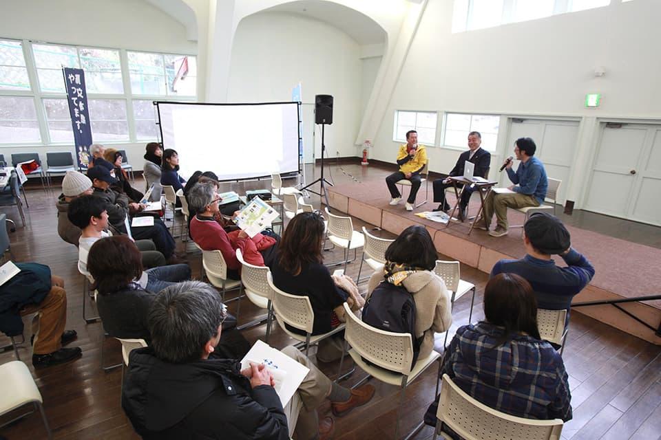 2019年2月の「文化交流市場」のトークイベント。壇上中央が木島さん。