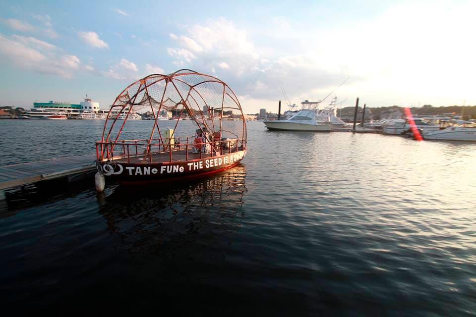 塩竈の港に停泊するタネフネ(撮影・喜多直人)