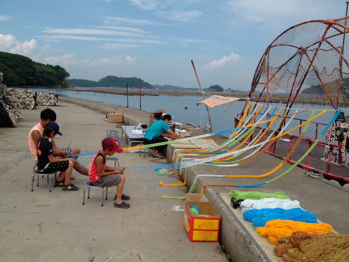 2013年、浦戸・桂島での「そらあみ」づくり。右に見えるのが「TANeFUNe」