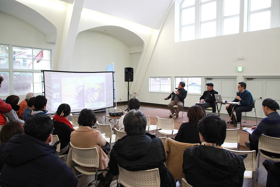 2019年2月の「文化交流市場」のトークイベントで松島湾の地形について話す菅原さん