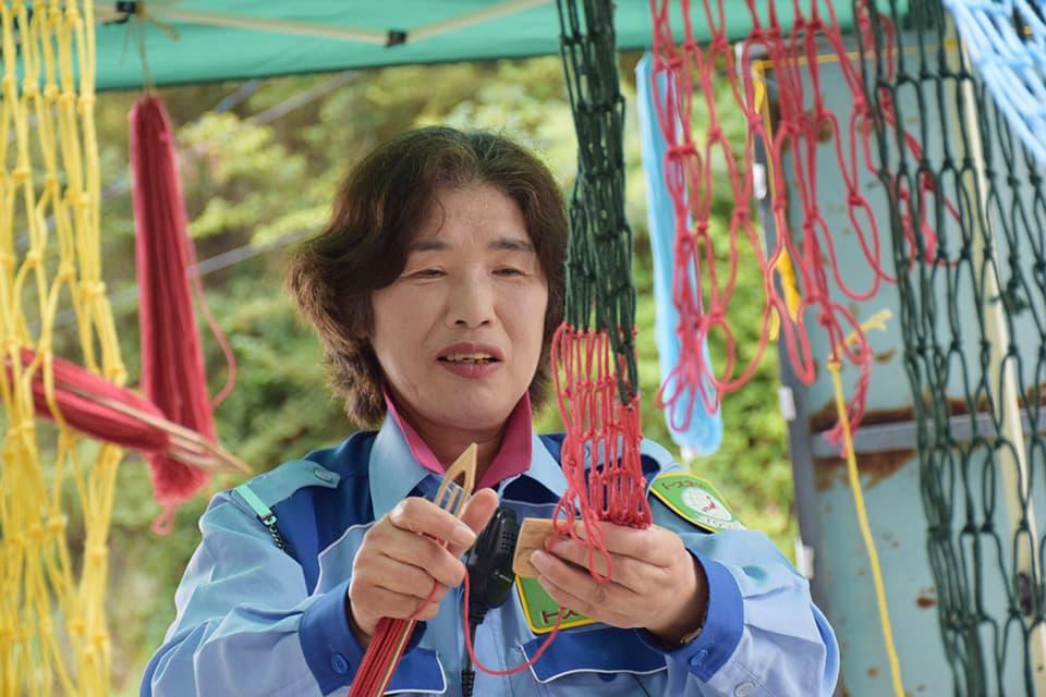 2014年の「そらあみ〜松島〜」で、網針を用いて網を編む参加者
